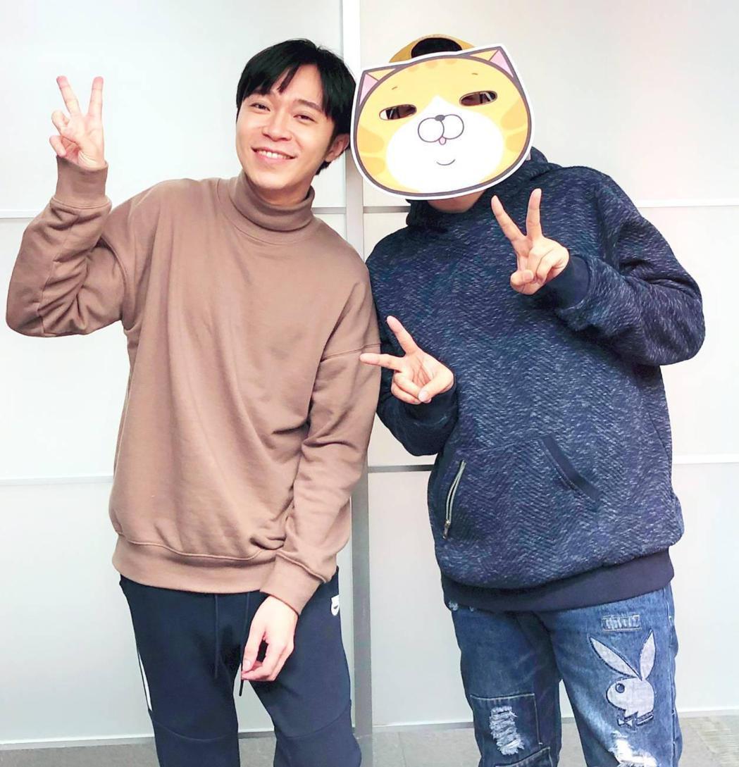 吳青峰(左)與「白爛貓」作者推出合作貼圖。圖/環球提供