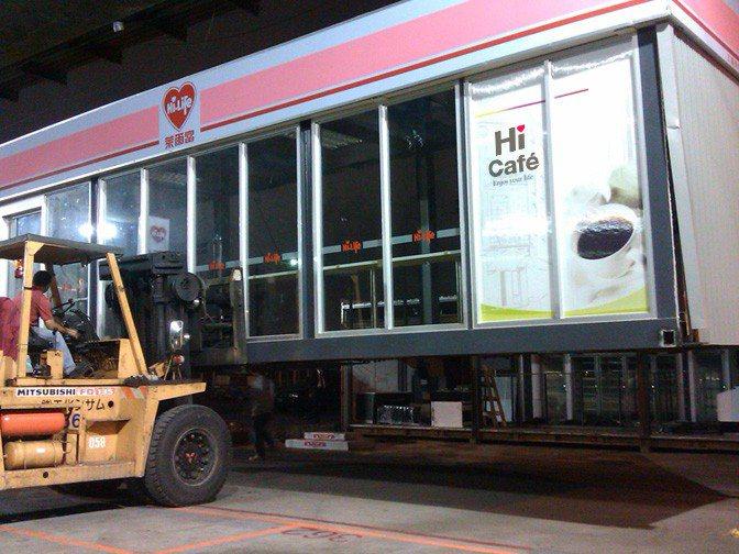 丹娜絲颱風逼近台灣,萊爾富貨櫃屋三重美堤店門市今天(7月17日)進行撤離作業。圖...