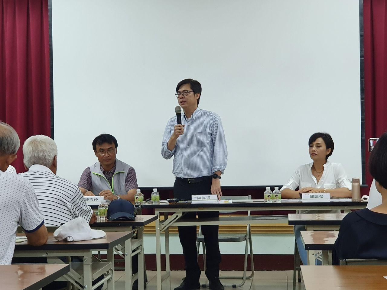 行政院副院長陳其邁今午在美濃區與農民座談,針對防颱一事,強調紮紮實實的做比較好。...