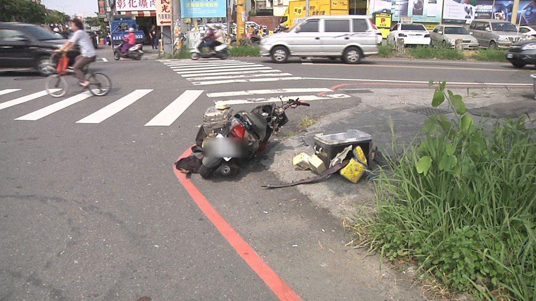 兼差送羊奶男子騎機車彰化市金馬路與彰新路口時,與一輛轎車發生碰撞事故,送醫不治。...