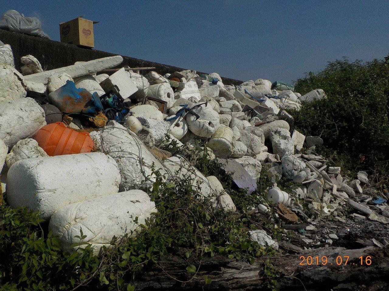 大城鄉大城南段海堤多保麗龍浮球等廢棄物。圖/彰化環保局提供