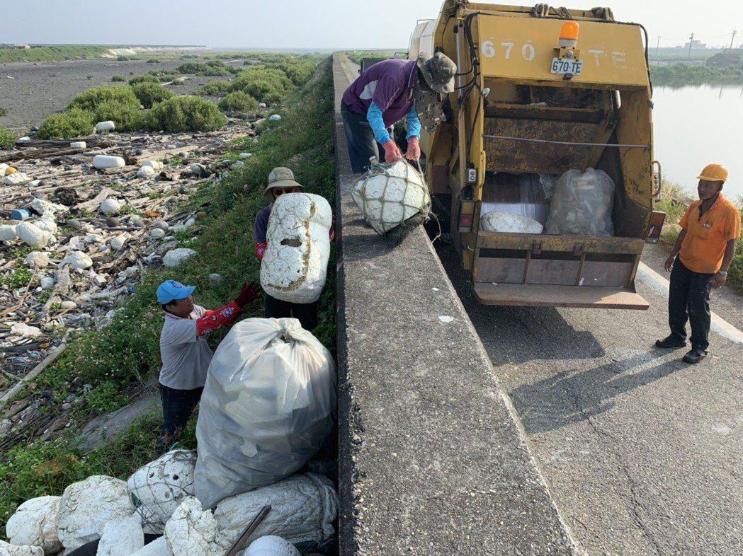 大城鄉清潔隊人員今天出動淨灘。圖/彰化環保局提供