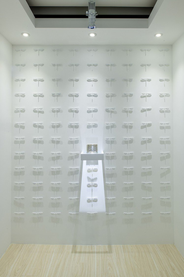 在純白牆面下,Tiffany利用了數十只蜻蜓雕塑的裝飾,帶出Frame系列的創作...