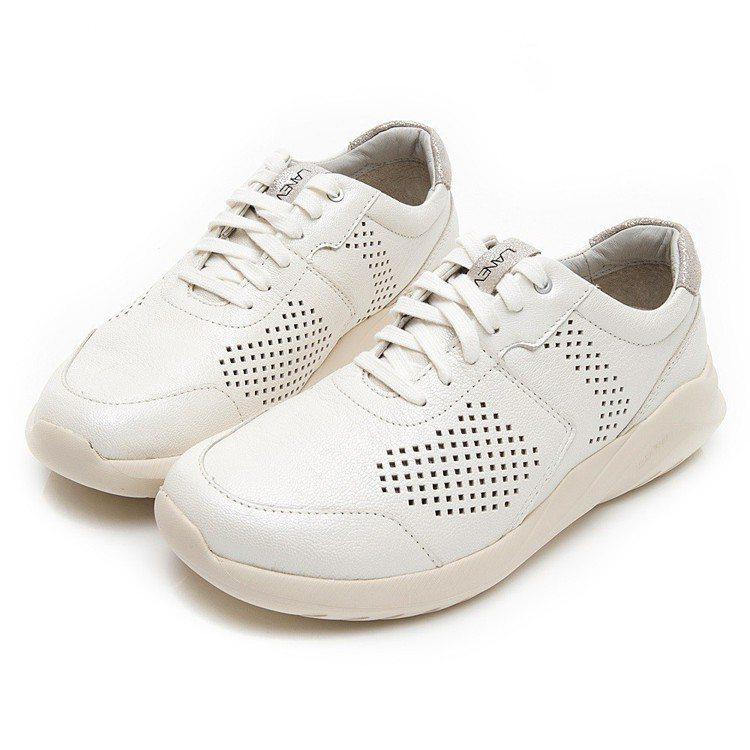 透氣風暴女白鞋,建議售價4,680元。圖/LA NEW提供
