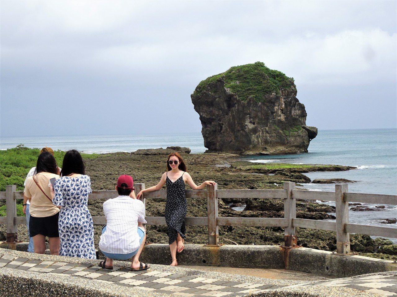 輕颱丹娜絲逼近,墾丁遊憩沙灘全部封鎖,遊客只能在岸邊拍照。記者潘欣中/攝影