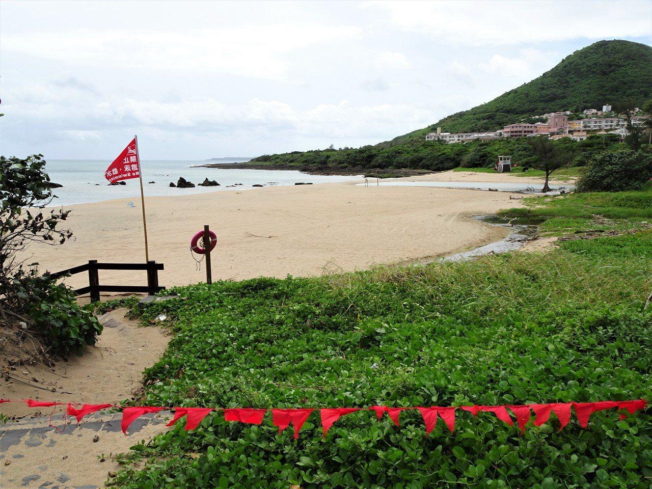 輕颱丹娜絲逼近,墾丁船帆石沙灘拉起封鎖線。記者潘欣中/攝影