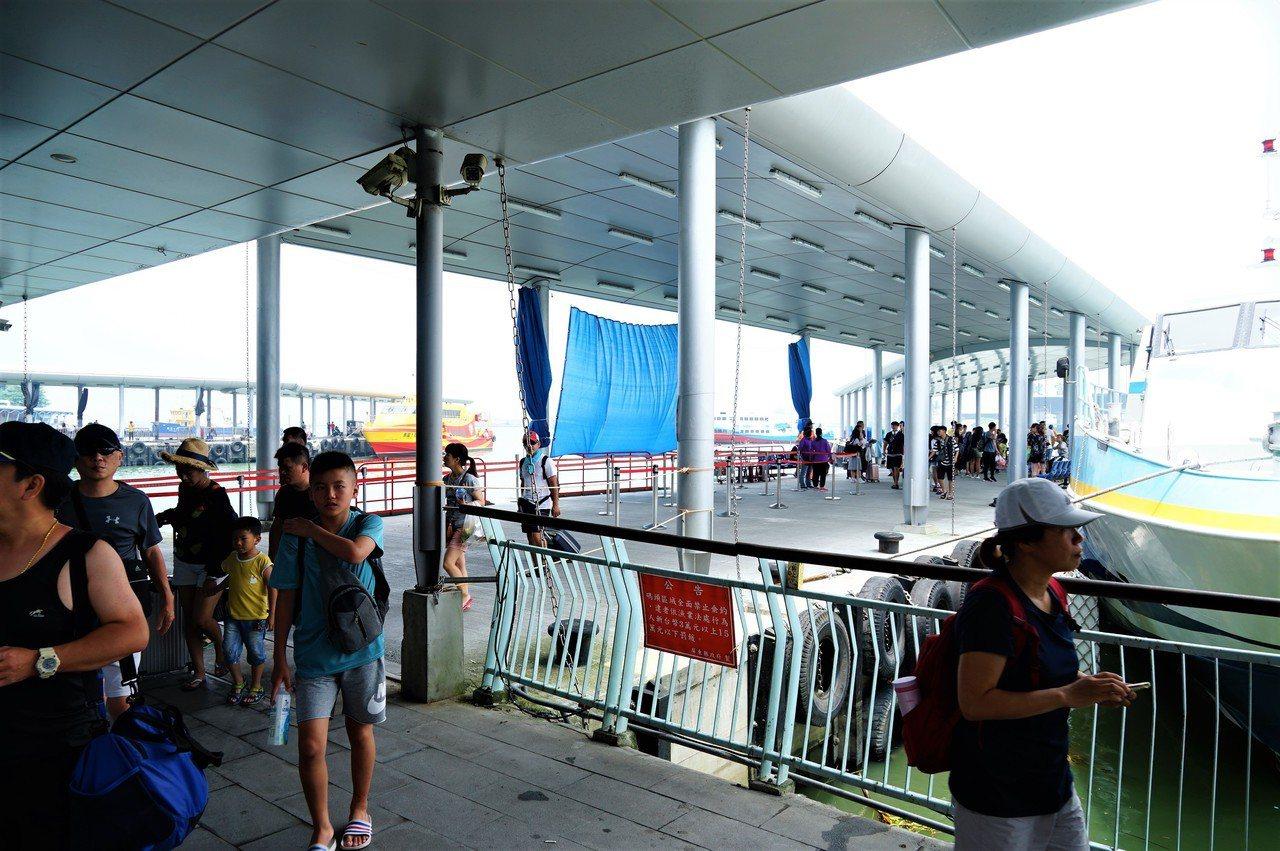 輕颱丹娜絲逼近,東琉線今天正常營運,不少遊客搭乘上午的船班返回東港碼頭。記者潘欣...