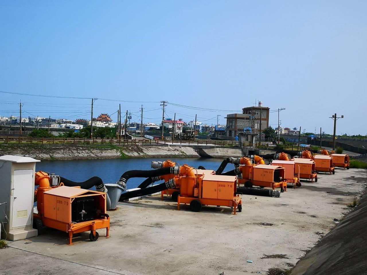 丹娜斯颱風進逼,屏東縣災害應變中心二級開設,目前也已調派移動式抽水站,設置在易淹...