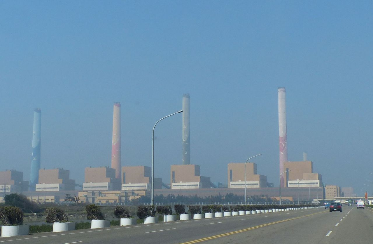 台電台中火力發電廠發電產生的煤灰,近期台電擬煤灰填海造陸引爭議。圖/本報資料照片