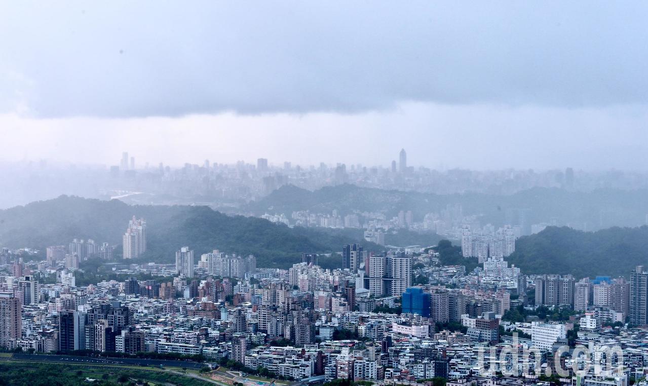 台北市受到颱風外圍環流影響,整個台北盆地,就像被雲霧所形成的「鍋蓋」籠罩,在雲霧...