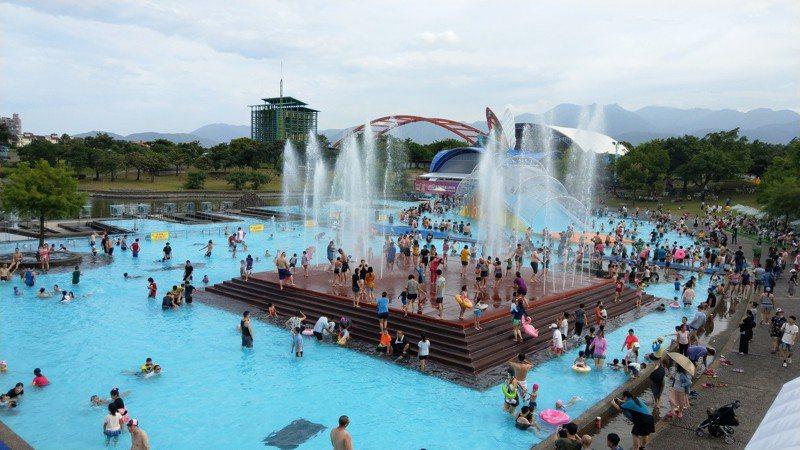 宜蘭國際童玩節明天大部分活動都正常,遊客還是可以入園戲水。記者戴永華/攝影