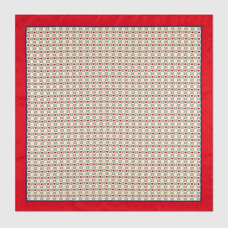 七系情人節限定GG紅心印花絲質方巾,17,100元。圖/Gucci提供