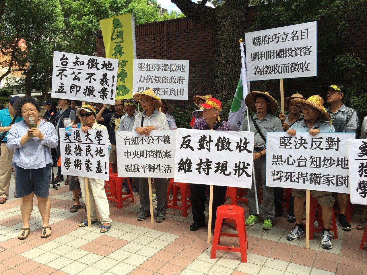 場外有抗議的農民與團體表達反對立場。圖/連郁婷提供