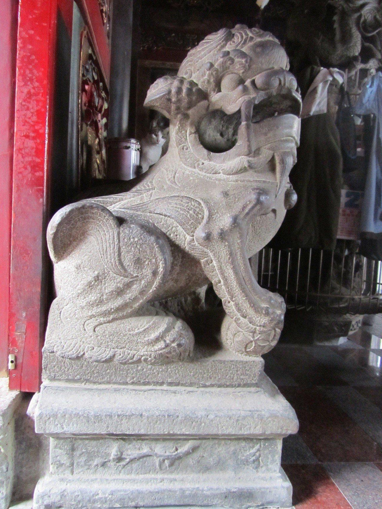 南投縣內有不少的古蹟,大多位於廟宇內陳列,清道光年間的配天宮正殿石獅已有170年...