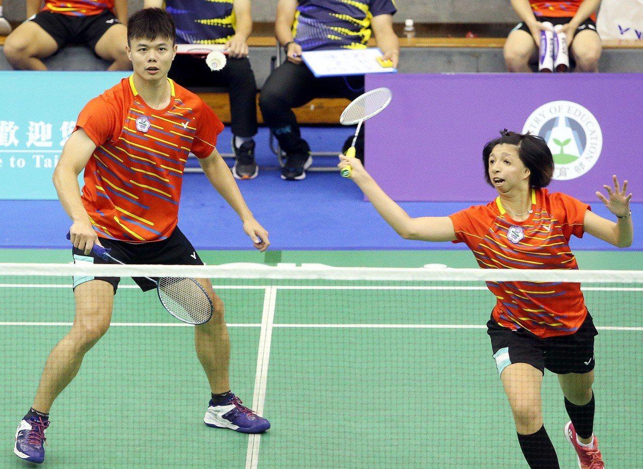 陳忠羿(左)和范榮玉混雙打頭陣但無緣逆轉。記者侯永全/攝影