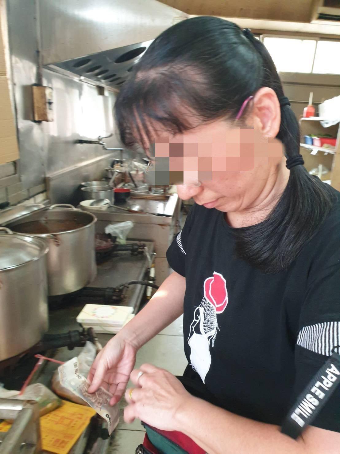 台南新營區太子宮老施牛肉麵老闆娘喊冤說,陳小姐是在非用餐時間,已事先告知顧客對方...