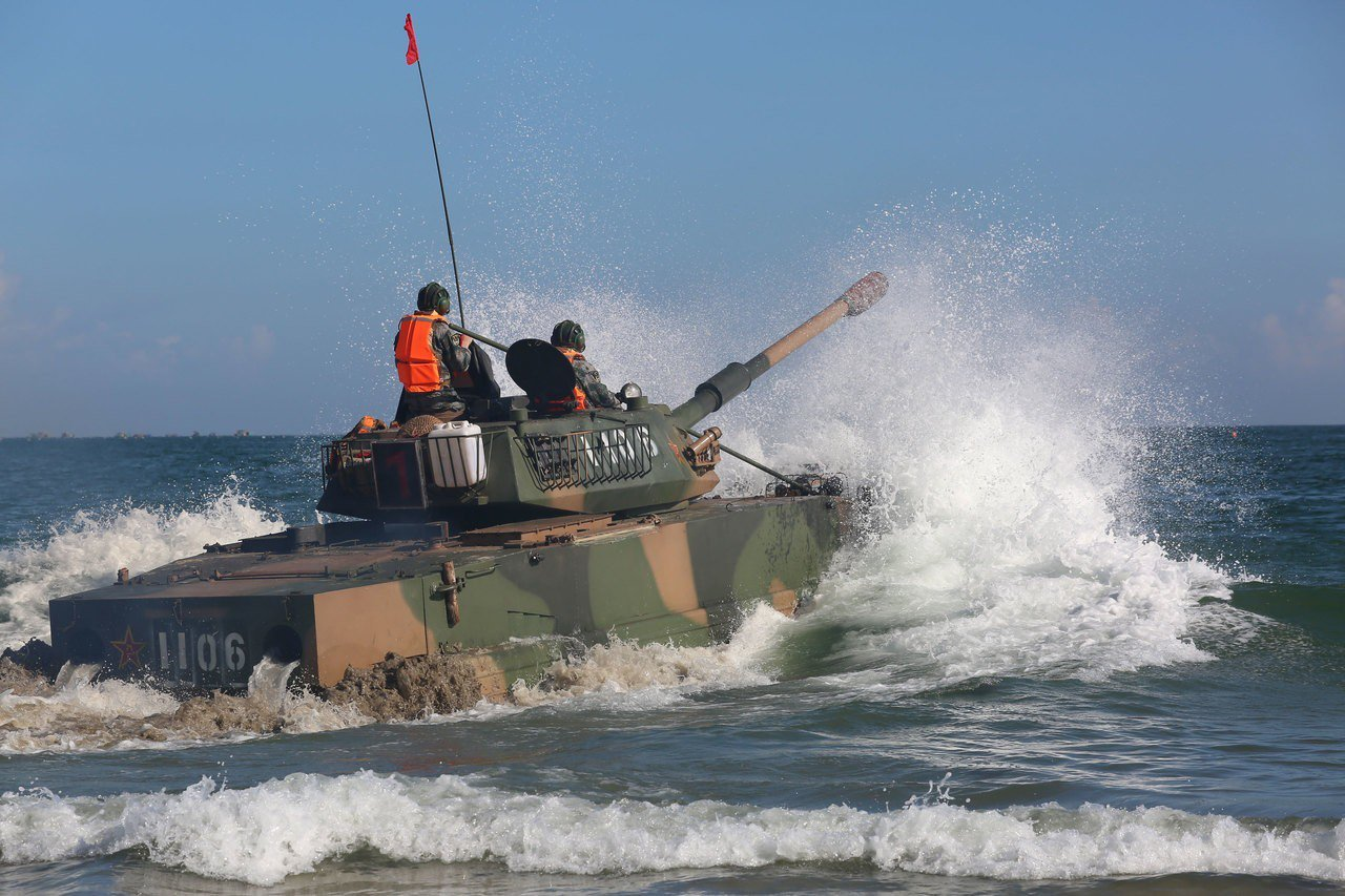 2017年,同樣在東山島海域實施兩棲操演的共軍05式兩棲突擊車,當時出動部隊是福...