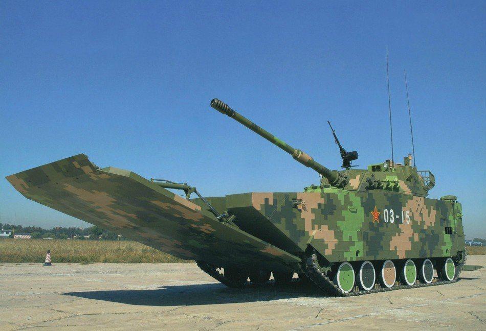 05式兩棲突擊車在海上浮游時,會將車體前方的擋浪板伸出。本車配屬105公釐主砲,...