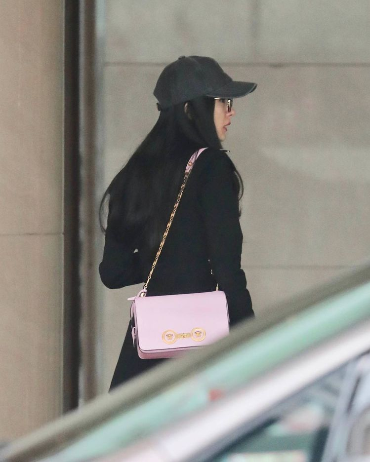 楊冪背著Versace粉紅色Icon系列鍊帶包。圖/摘自IG