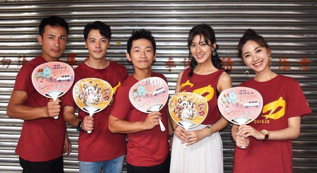 傅子純(左起)、黃文星、蔡昌憲、陳怡嘉、林玟誼為「苦力」現身台北市傳統市場宣傳。