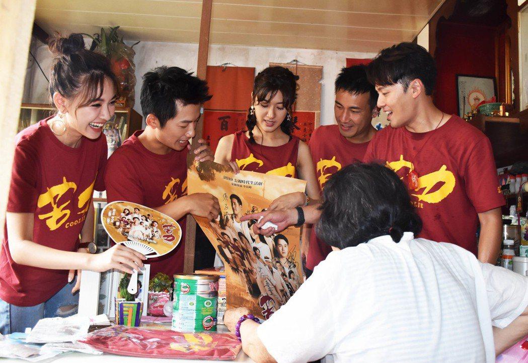 林玟誼(左起)、蔡昌憲、陳怡嘉、傅子純、黃文星宣傳「苦力」貼近民眾。圖/公視提供