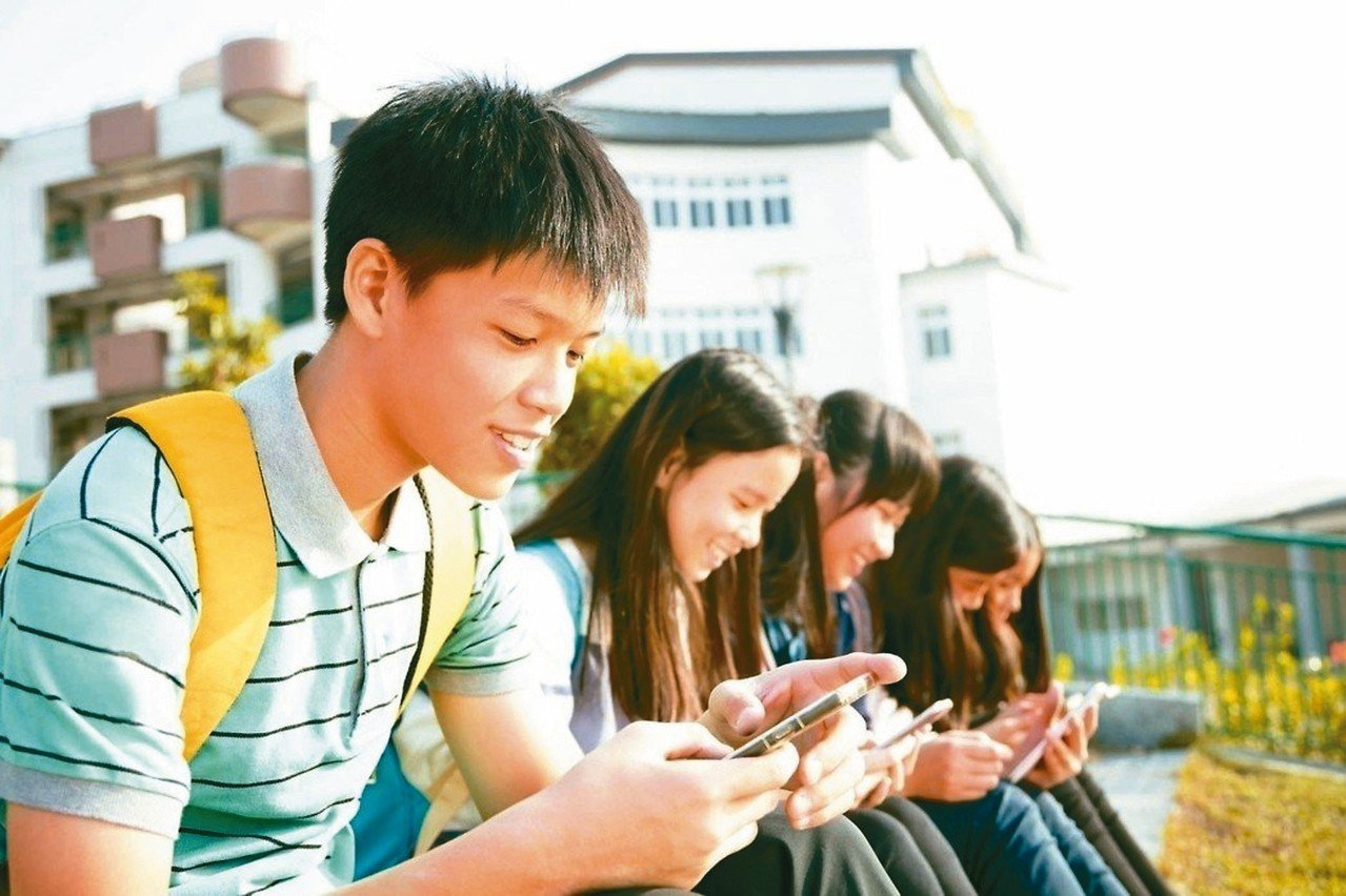 國內最新一項兒少網路使用調查,發現近七成的兒少最常使用YouTube、愛奇藝或抖...
