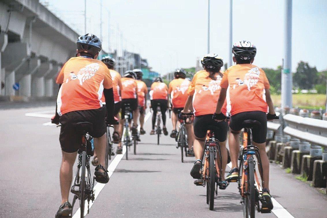 左鎮國中學生完成單車環島,校長蔡宜興看著學生拚命往前騎的背影,希望他們有一天能體...