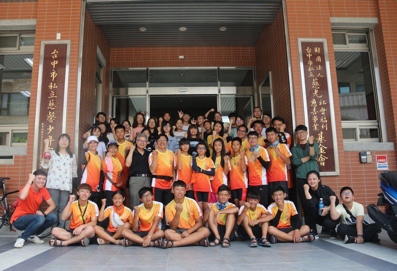 台南市左鎮國中學生在單車環島途中,安排前往台中慈光基金會的慈馨少年家園進行交流。...