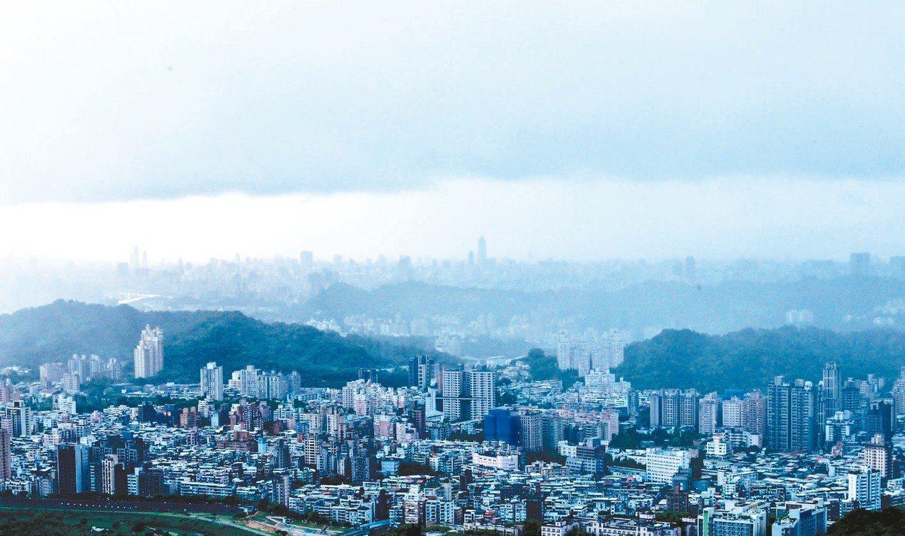 輕度颱風「丹娜絲」來襲,台北市受到颱風外圍環流影響,整個盆地像被雲霧形成的「鍋蓋...
