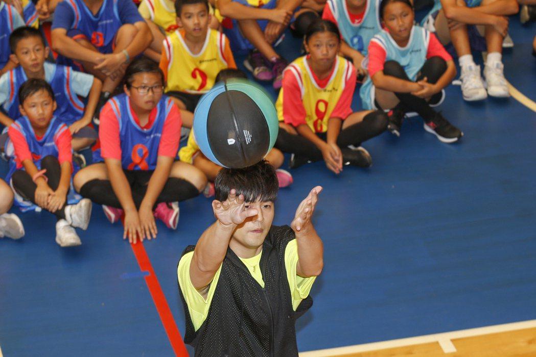 勇士JAY盟公益籃球活動下午在桃園銘傳大學體育館舉行,代言人周杰倫投旋轉籃框。記...