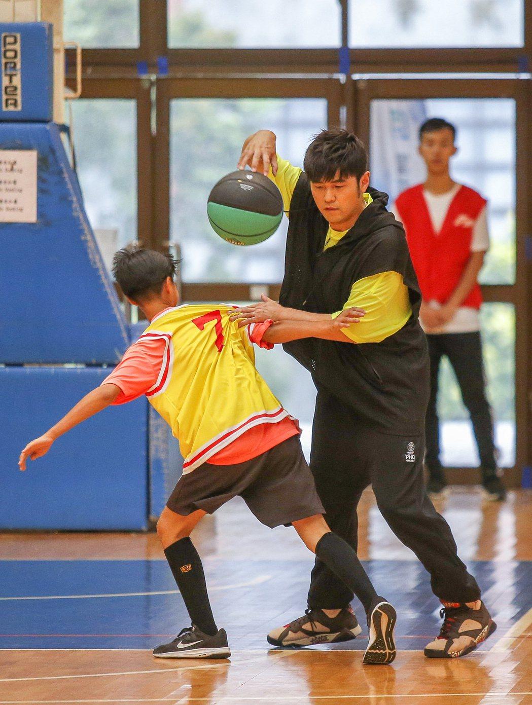 勇士JAY盟公益籃球活動在桃園銘傳大學體育館舉行,代言人周杰倫下場跟小朋友一起打...