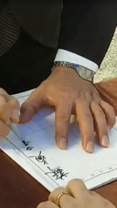 行政院長蘇貞昌日前到屏東參加告別式,簽名後「摔筆」,引發熱烈討論。圖/擷自臉書