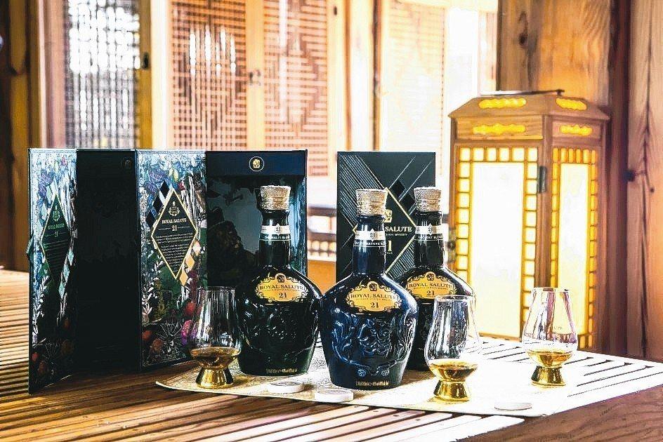 皇家禮炮為經典的21年蘇格蘭威士忌推出「藍寶石」、「祖母綠」全新瓶身包裝。 保樂...
