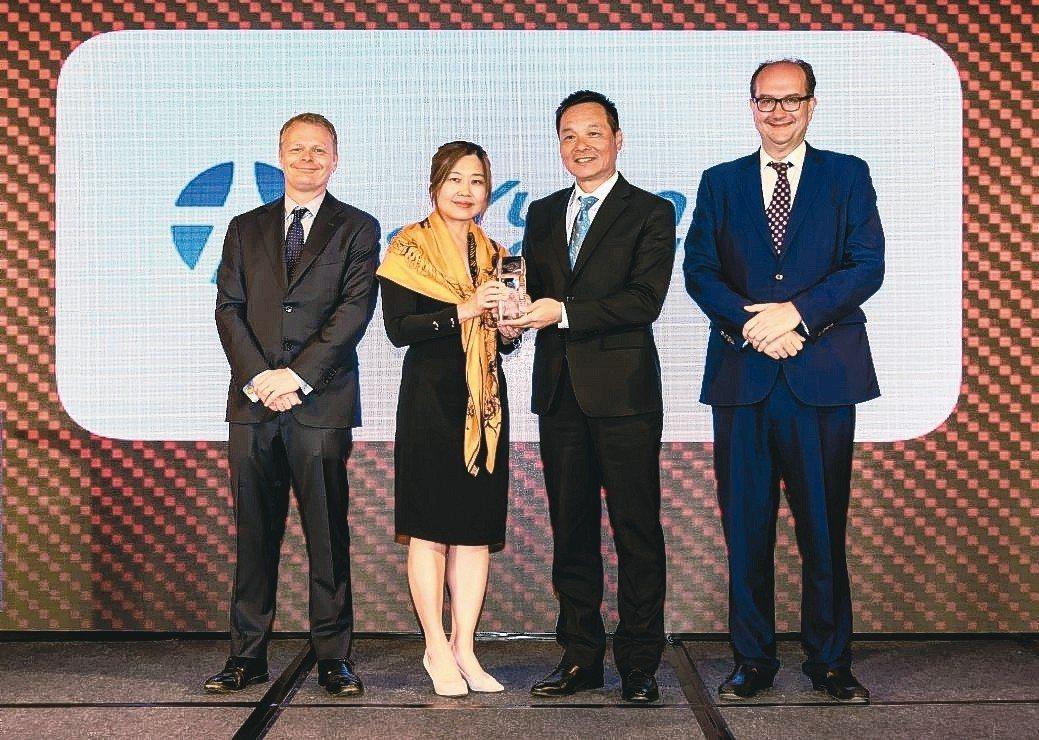 元大香港董事長王義明(右二起)、元大香港總經理陳妙如代表出席領獎。 元大/提供