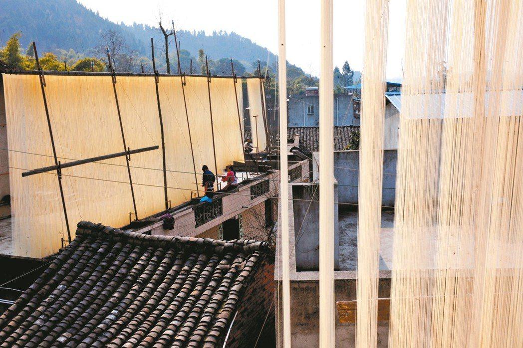 到了正月,「掛麵村」村民在特製的架子上晾曬掛麵,彷彿披上白紗。 圖/本報德陽傳真