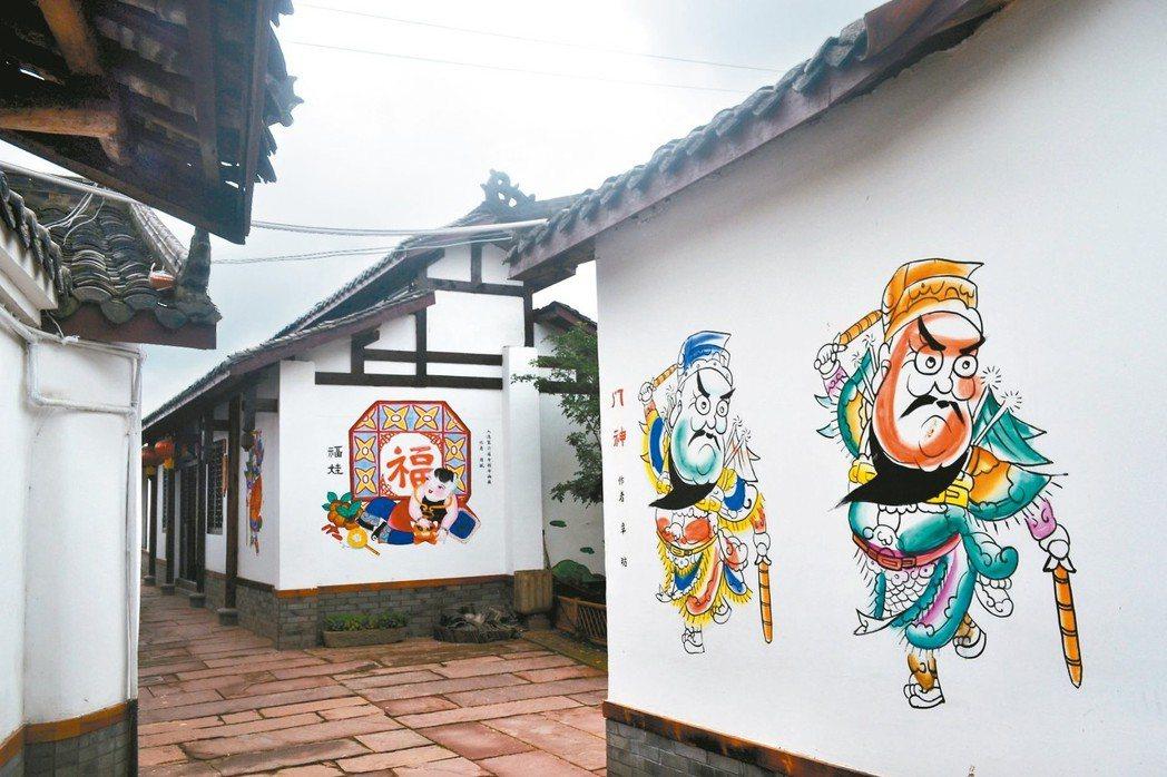 綿竹年畫村採用年畫上牆方式,題材包括門神與福娃。