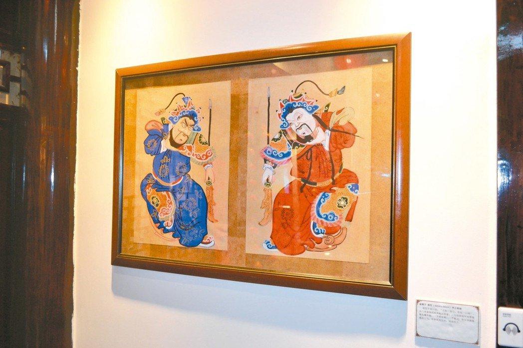 少見坐姿門神「坐提刀」,展現綿竹年畫中的「坐似一口鐘」。