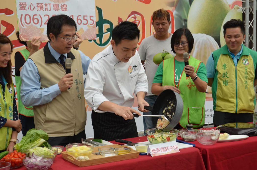 黃偉哲市長協助愛心大使吳秉承主廚示範使用文旦入菜。  陳慧明 攝影