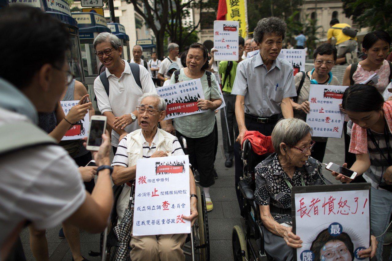 香港銀髮族9千多人也上街遊行 挺年輕人 歐新社