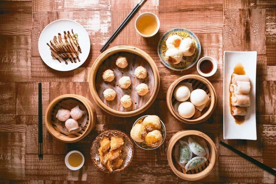六福客棧於下周台灣美食展將首賣「金鳳廳港點雙人套餐券套組」,平均一人390元。 ...