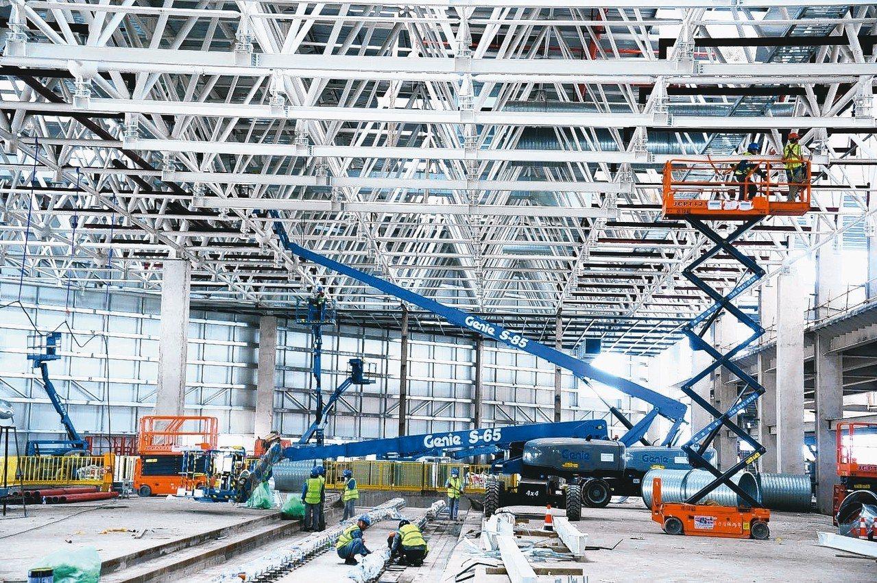特斯拉正加快上海廠進度,可能會比預設的更快提高在中國的產量。該廠預計在11月正式...