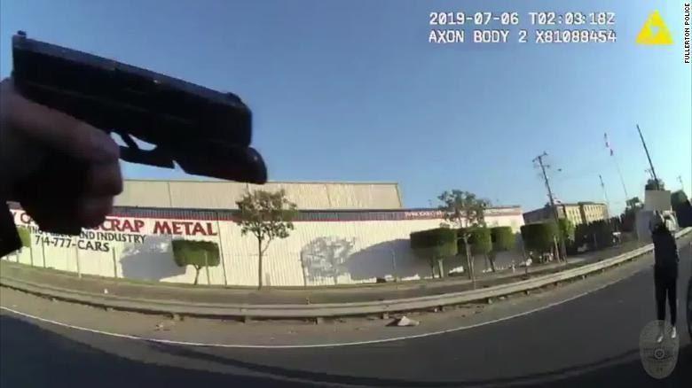 美國警方交出警員隨身攝錄機片段,見到警員舉槍指向少女。圖擷自YouTube