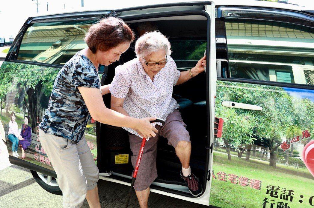 貼心服務提供交通車,讓偏鄉沿海的失智老人解決交通上的不便。 圖片來源:歸寧宮...