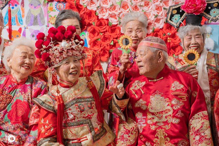 穿上精心搭配的裝扮,長者們的笑容不曾停過。 圖片來源:歸寧宮文教功德會