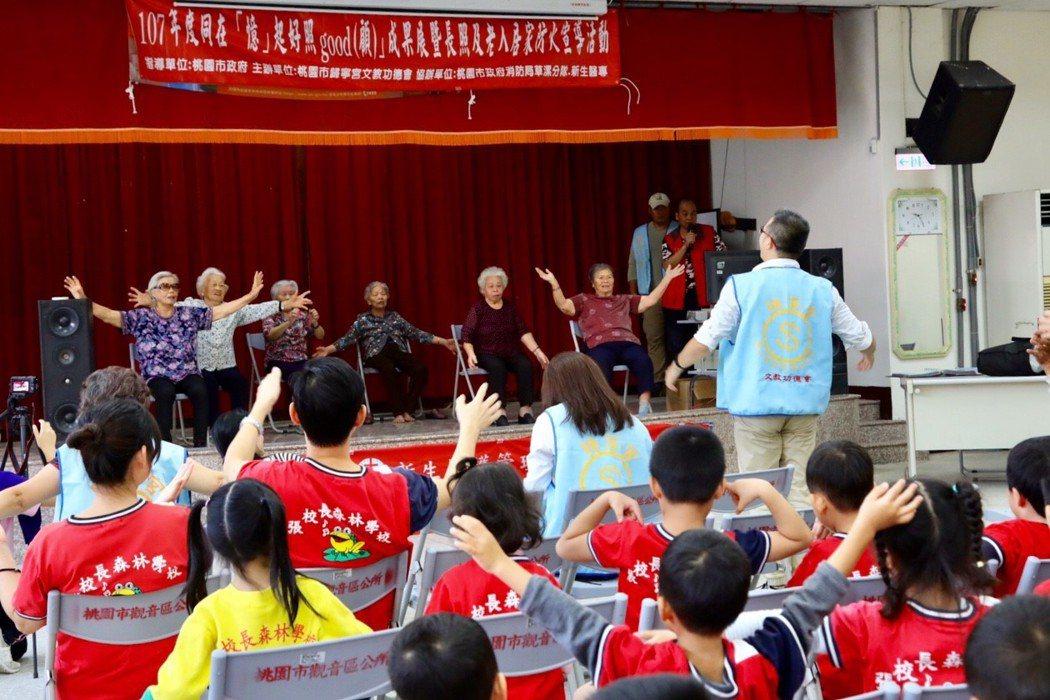 107年成果展表演,邀請鄉親們一同欣賞長者們精采的演出。 圖片來源:歸寧...