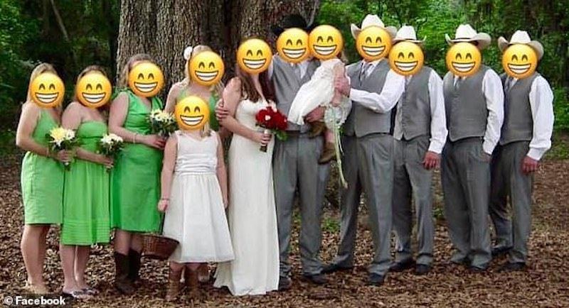 新娘把婚禮合照放上FB,要臉友們評評理:綠色的伴娘服哪裡醜?圖擷自 每日郵報