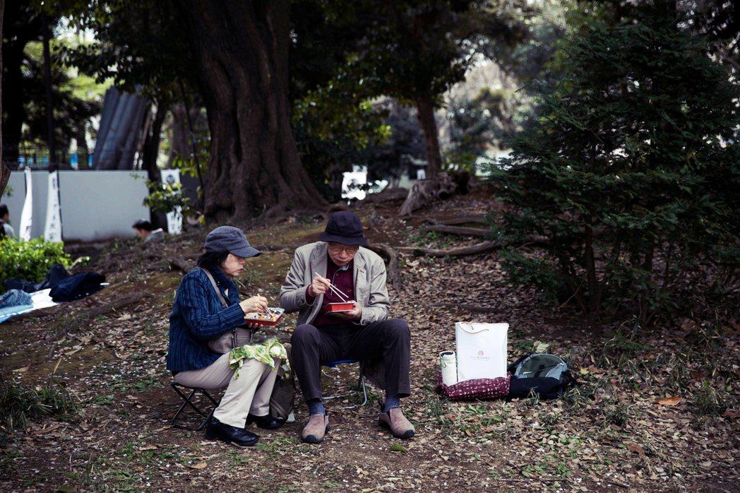 在政府試算中的「典型日本人」,是丈夫加入厚生年金,領取平均薪資,於工作40年後屆...