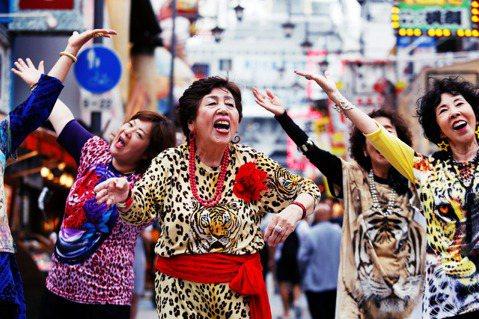 要當一個快樂的老人,可能沒那麼容易。圖為大阪G20宣傳活動上的饒舌歐巴桑。 圖/...