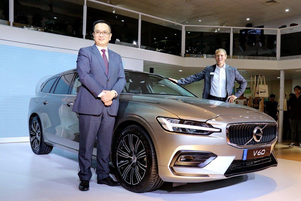 國際富豪汽車總裁陳立哲(圖左)與VOLVO原廠資深產品經理Ragnar Cron...