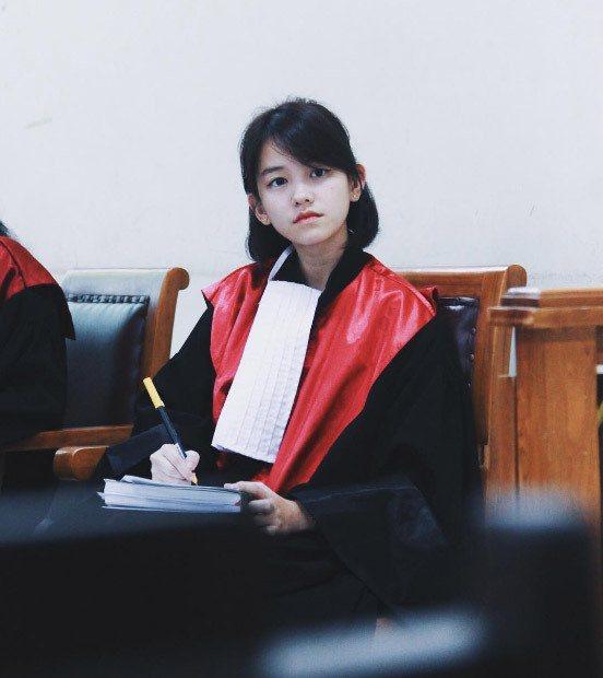印尼正妹法官在網路上迅速爆紅,超狂背景被網友起底。圖擷自Twitter